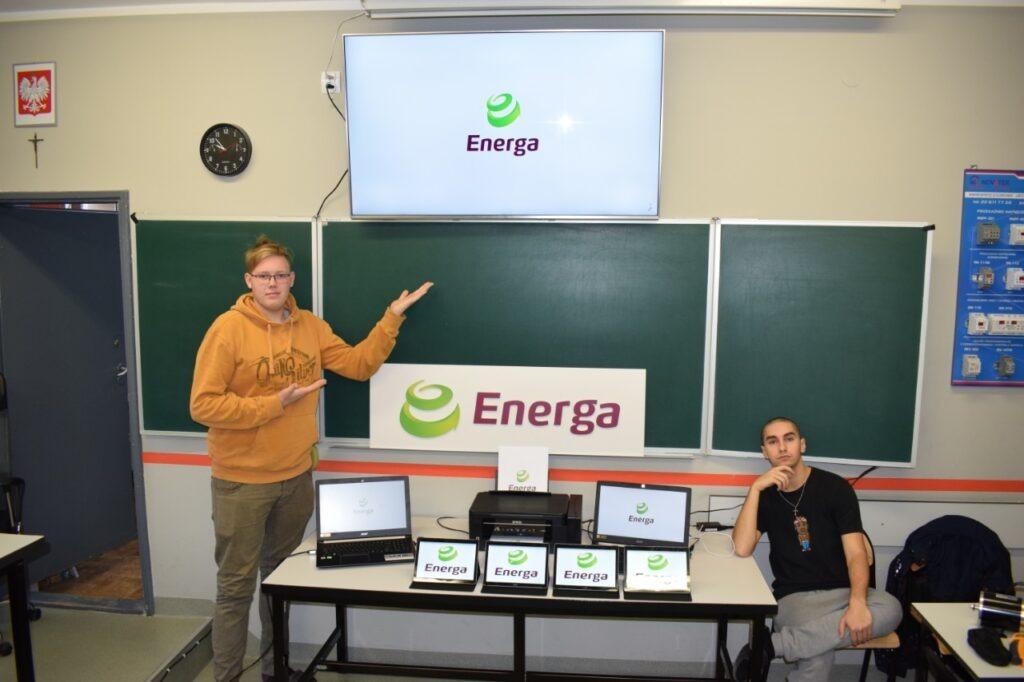Uczniowie prezentujący sprzęt otrzymany od firmy Energa