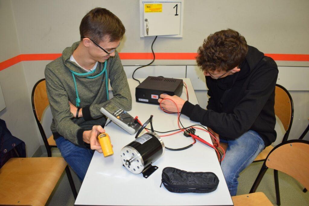 Uczniowie dokonujący pomiarów w pracowni