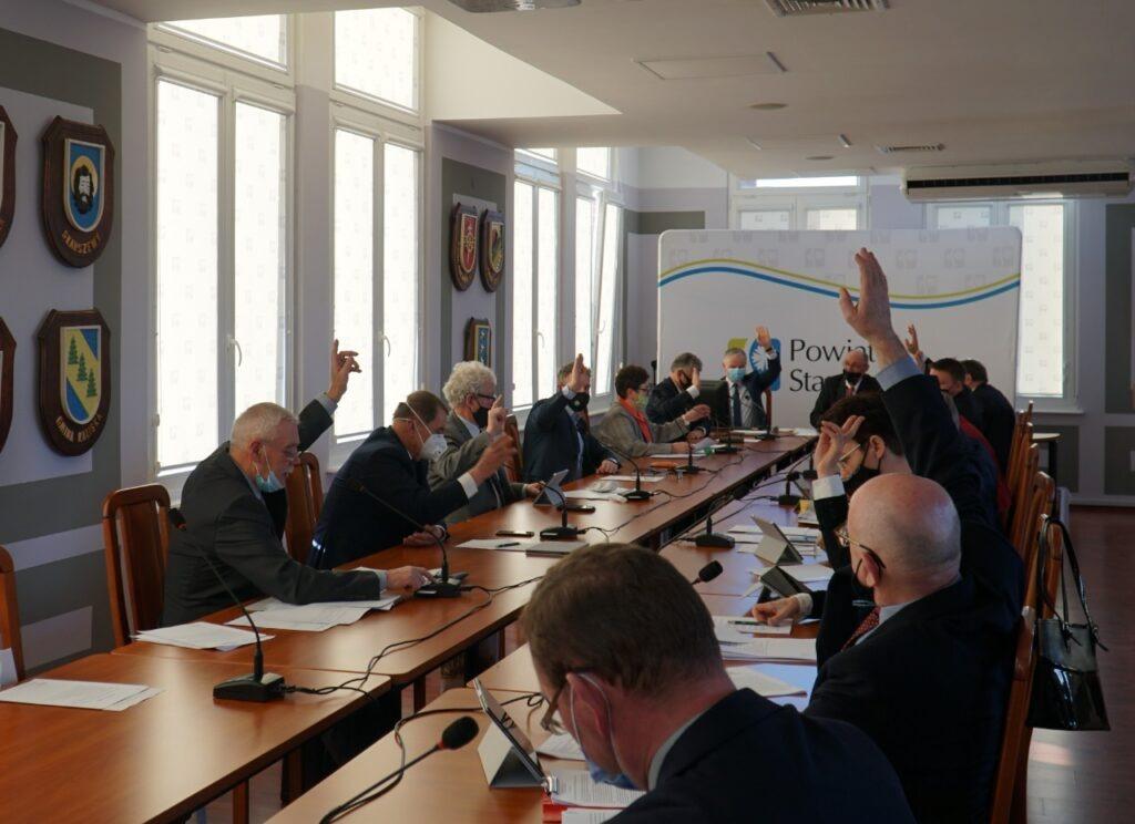 Rada Powiatu Starogardzkiego w trakcie głosowania