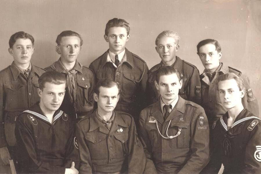Czarno-biała fotografia harcerze w mundurach