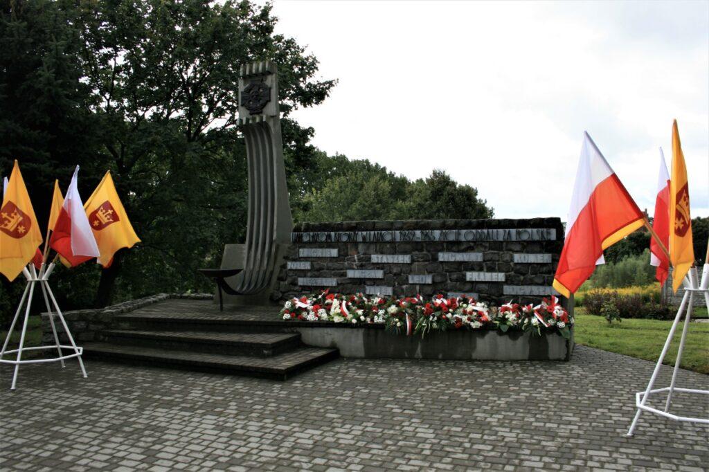 Pomnik harcerzy ze złożonymi kwiatami