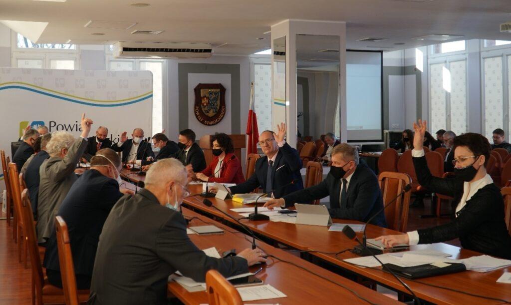 Rada powiatu w trakcie głosowania