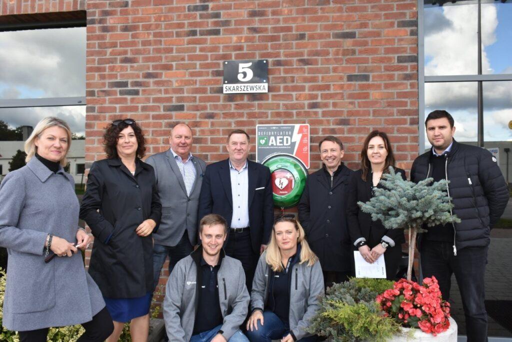 Zdjęcie grupowe przedstawicieli zarządu Powiatu i firmy montującej defibrylatory