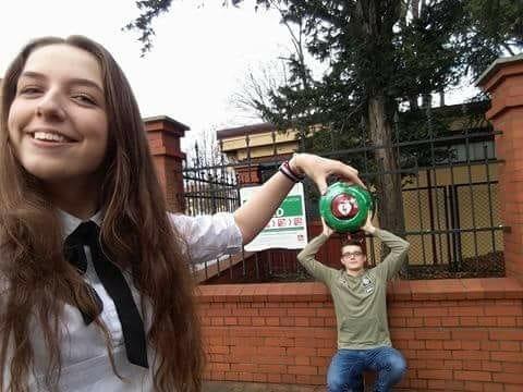 Młodzież pozująca do kreatywnego zdjęcia z defibrylatorem